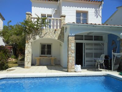 Photo for Charming villa in calm comfort with swimming pool, 600 meters beach