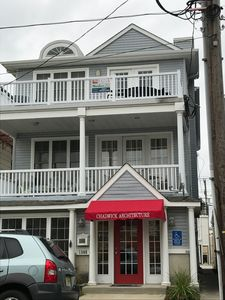 PET FRIENDLY!!!!  Ideal location for downtown shopping! Only 4 blocks to 14th St beach and boardwalk. Tastefully furnished AND pet friendly!!!