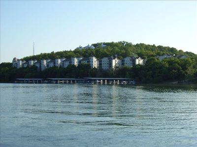 Beautiful Lakefront Condo - Many Amenities and Attractions