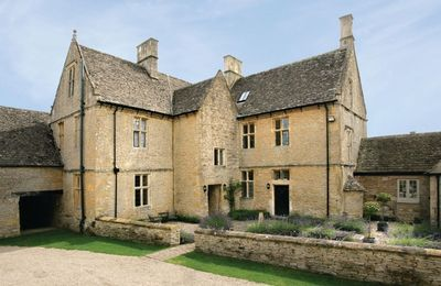 Broadwell Farm with accommodation for 10 Guests is a grade II listed 17th century farmhouse