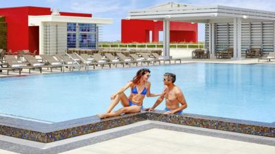 Photo for Beachfront Condo-ROOFTOP infinity POOL Holl