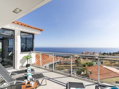 Photo for Caniço VI, spacious apartment with pool and ocean view