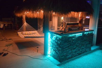 Barbecue Tiki at night