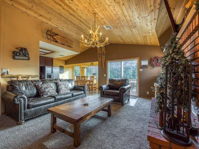 Upscale home w/ private hot tub, deck w/ view, game room - close to skiing