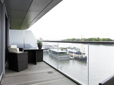 Photo for Sophisticated 2 bed apartment overlooking the idyllic river Thames (Veeve)