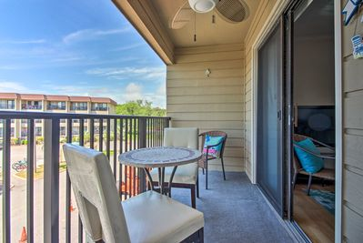 Your group of 6 will love the furnished balcony.