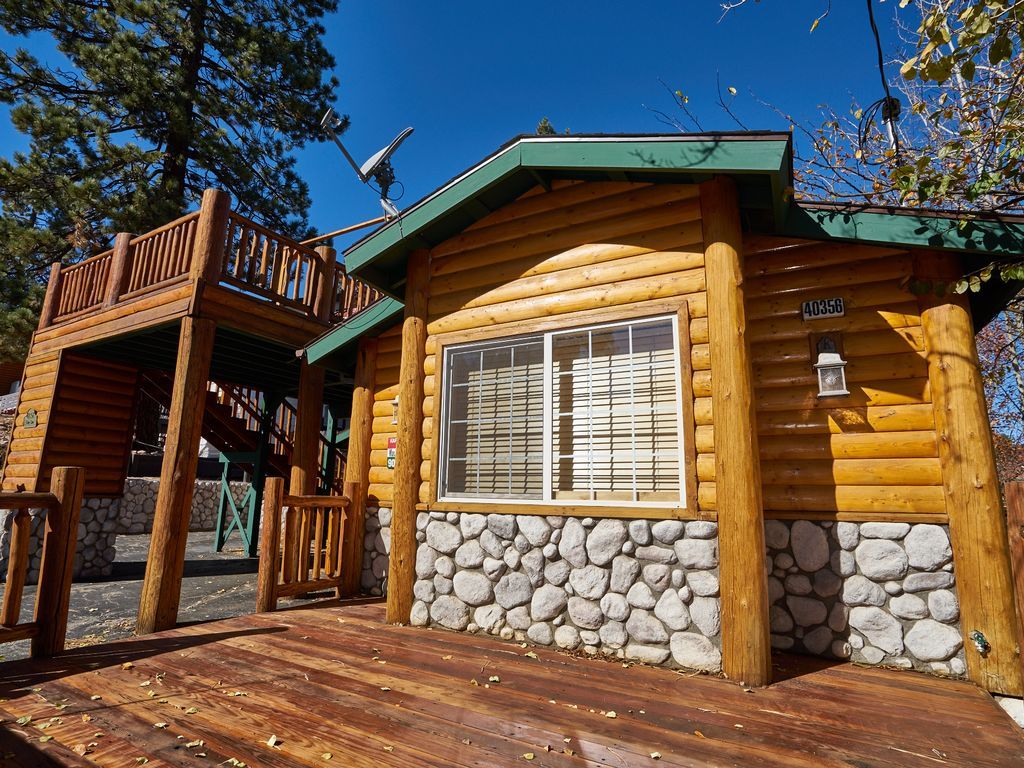 Beautiful modern log cabin walk to the village lake and for Modern log house