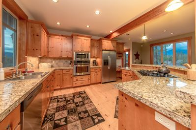 Woodvine Lodge - Fully Stocked Kitchen with Granite Counters and Stainless Appliances