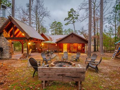 Lucky U is a quaint, cozy, and inviting 2 bedroom, 2 baths cabin nestled among t