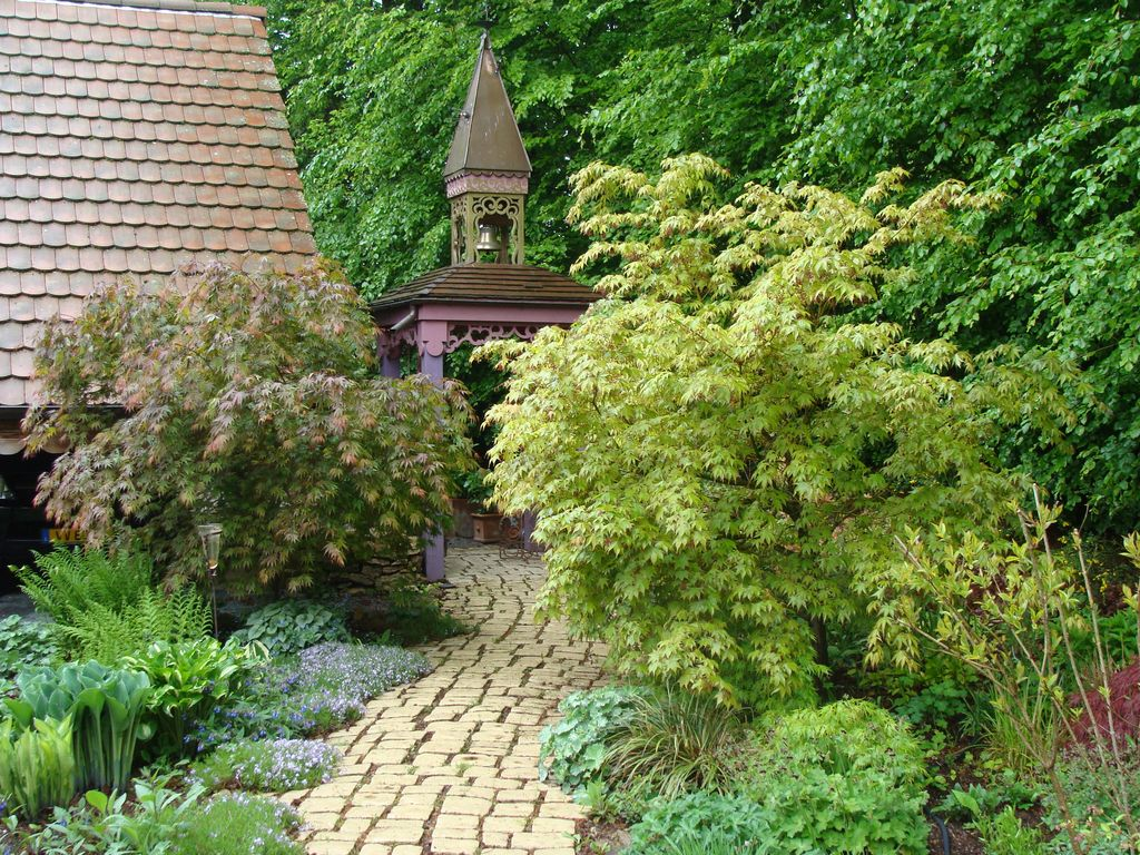 A cottage in a garden at Rougegoutte
