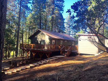 Blue Lake Springs- Charming Cabin in Forest Setting-Large Deck & Fun Bonus Rooms