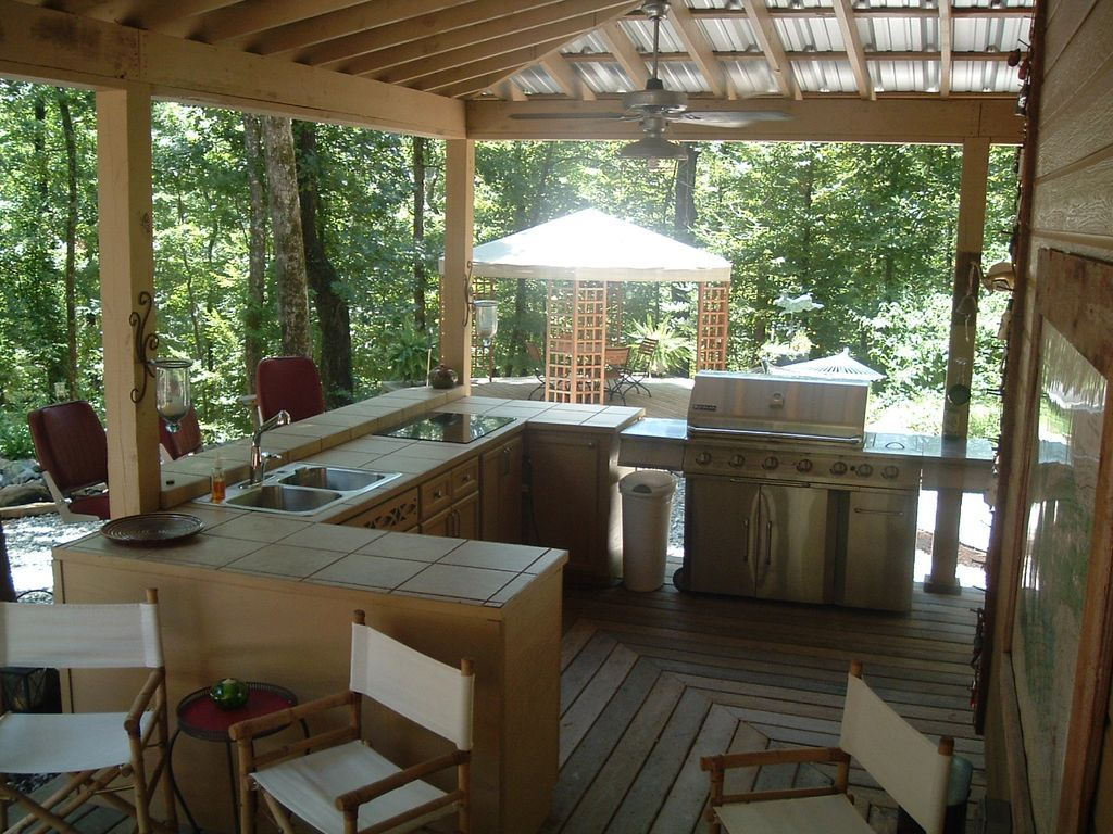 Attirant Covered Outdoor Kitchen/bar Area