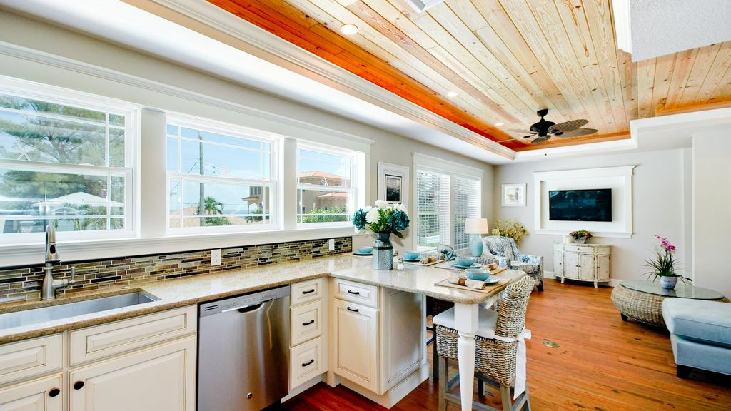 NorthEnd Luxury 2/2 Cottage, Bay View-Beach Access, Heated Pool, Cabana w/TV large image
