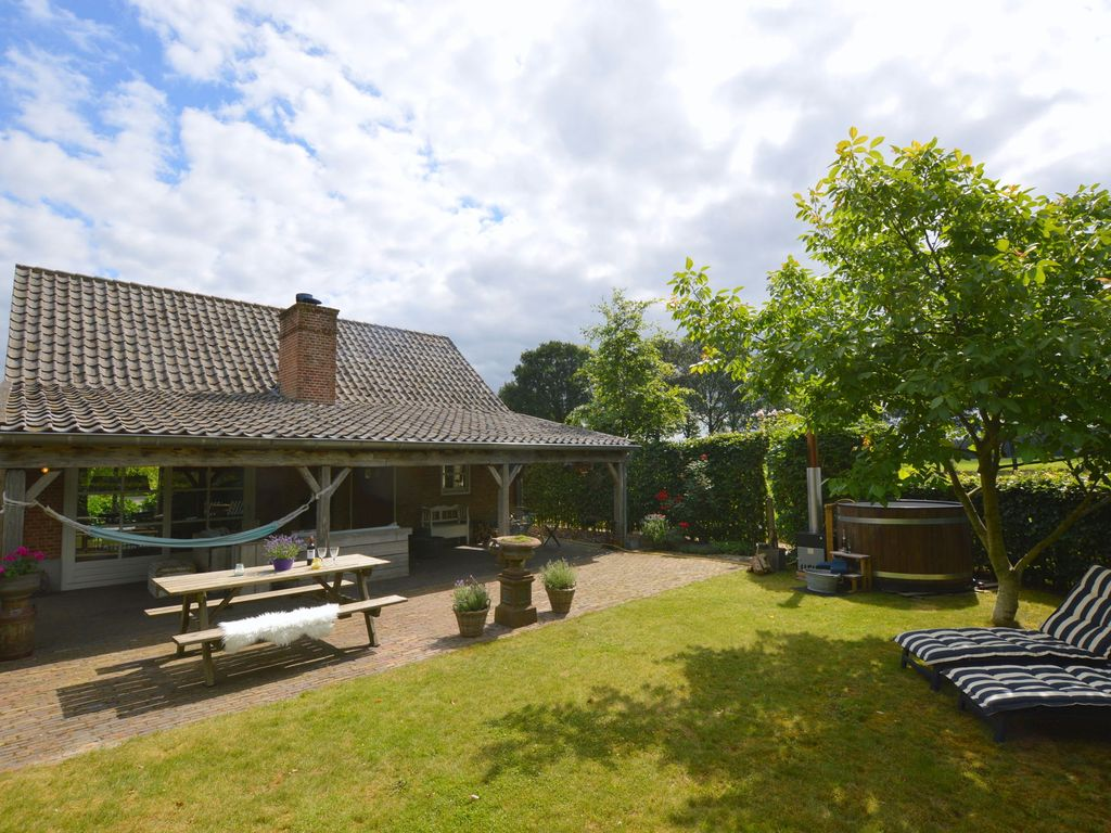 Beautiful house with enclosed garden, hot tub and covered terrace with fireplace Photo 1