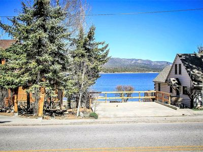 Camp Wood Furnished Lakeside Chalet / Jetted Tub / Foosball / BBQ / Views