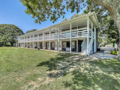 Photo for Cozy seaside escape with onsite tennis, communal pool, and prime location
