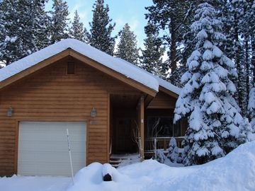 Amazing, Custom Built Rustic Cabin in Excellent Location