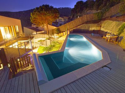 Night picture 1 - Pool area.