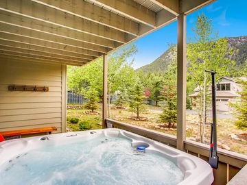 NEW! 30 Seconds to BIG THOMPSON RIVER!  Hot tub!  Home Theater!  6 Min to RMNP