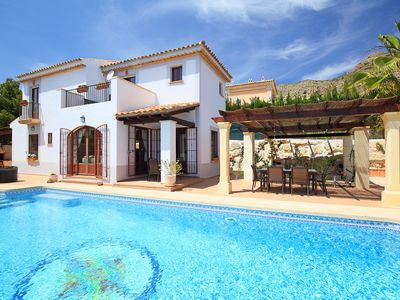 Photo for This 3-bedroom villa for up to 6 guests is located in Benidorm and has a private swimming pool, air-