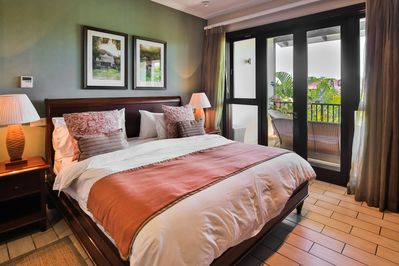 Main en-suite bedroom with king sized bed