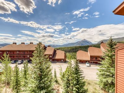 Photo for Cozy mountain home w/ a fireplace & full kitchen plus a shared pool & hot tub
