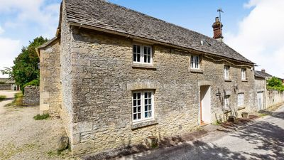 Cotswold Cottage with parking to the side