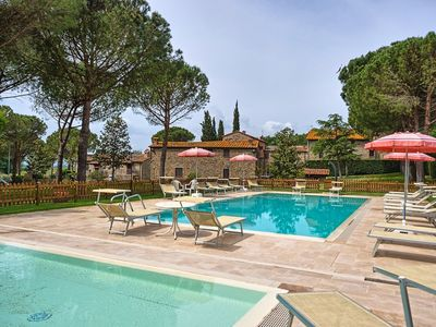 Photo for Cosy apartment for 6 people with WIFI, pool, TV, pets allowed and parking, close to Cortona