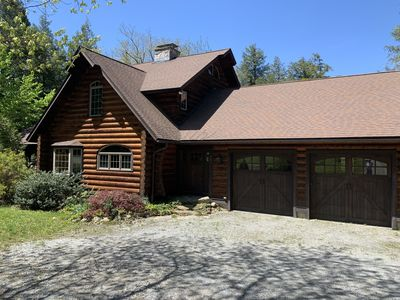 Beautiful log cabin with all the major amenities.