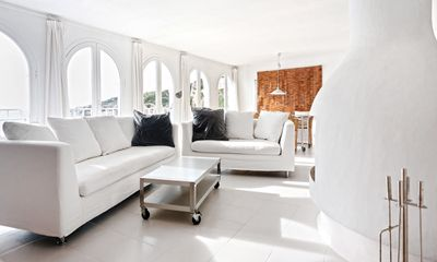 Oversize windows open to the sea along the main living / dining room