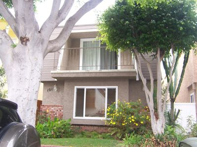 Chic and newly decorated.  Upper home 1/2 block to the sand.  3 blocks to dining