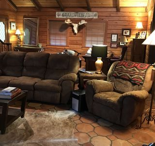 Rustic log cabin with 5 beds in a private setting, minutes Grenada Lake & town.