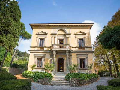 Photo for Charming Villa in scenic Chianti with panoramic pool for 6-15-17 persons