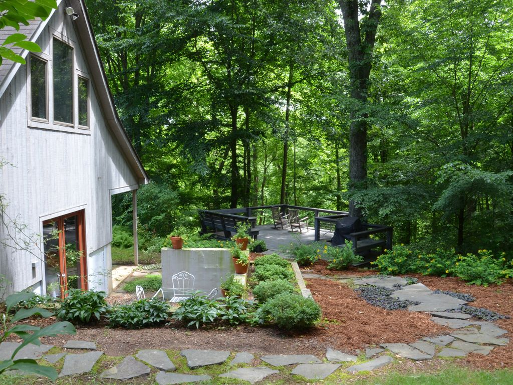 Pastoral carriage house with pool central homeaway for Charlottesville cabin rentals hot tub