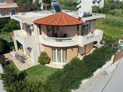 Photo for Perfectly located spacious & sunny 3-bedroom Villa