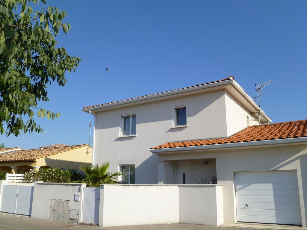 For rent villa in port camargue le grau du roi 1140622 for Garage flagez montigny le roi incendie