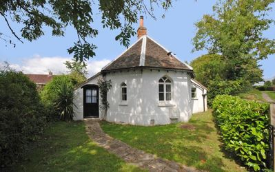 Photo for Delightful little holiday cottage close to Chichester city centre.