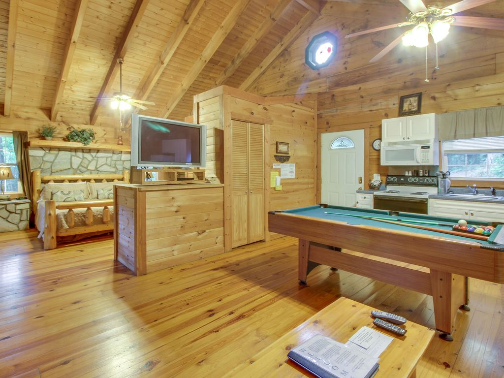 Dog friendly log cabin w hot tub in room jacuzzi for Log cabin with hot tub one night stay
