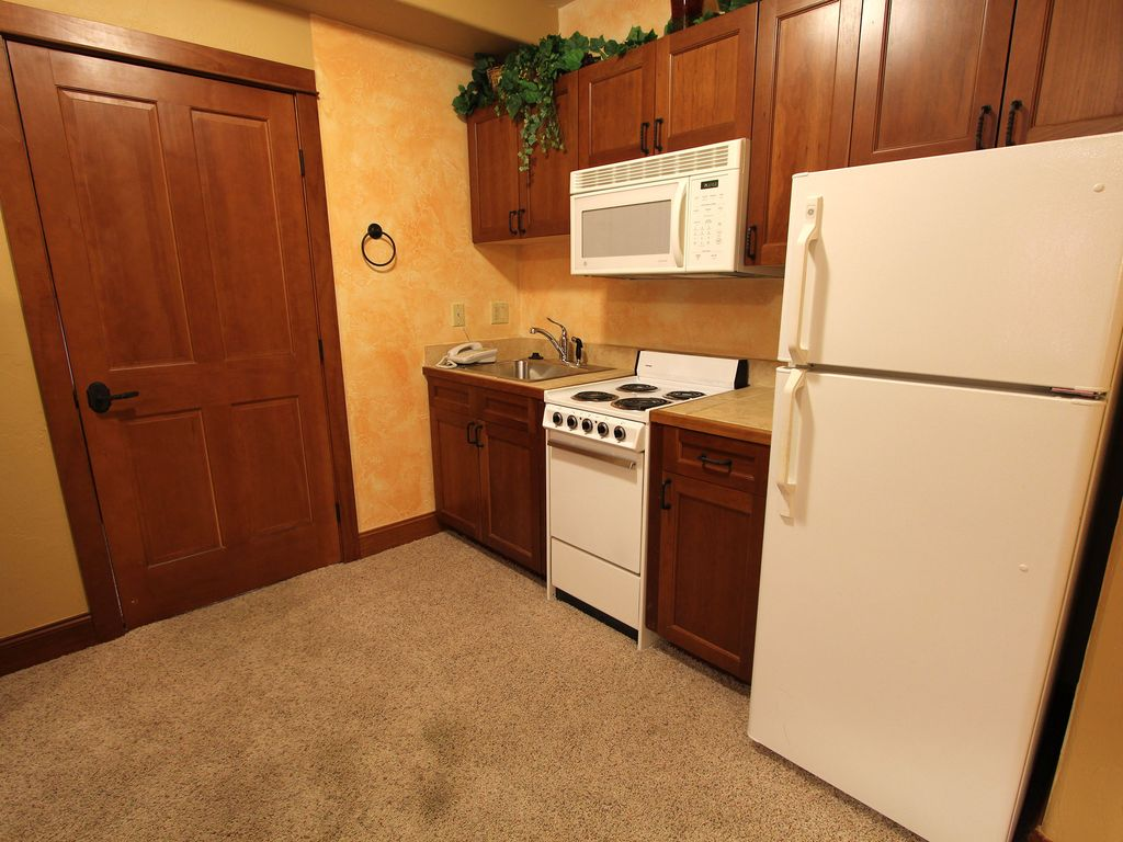 Master Bedroom Kitchenette 3-bedroom condo with mountain views, privat - vrbo