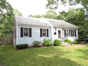 BEACH HOUSE, Short walk to warm waters of Nantucket Sound Beaches, WiFi, A/C