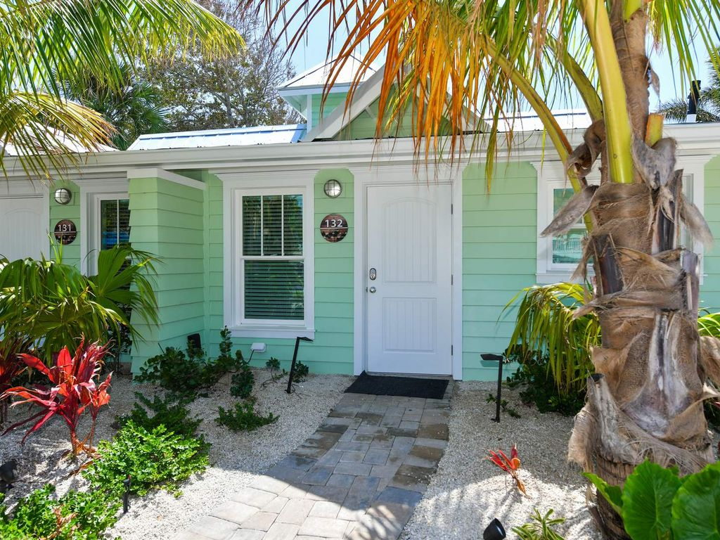 Tropical Breeze Resort 2 Bedroom Bungalow Sleeps 6 1 Block To Siesta Key Beach And Village District Pools Spa Free Bikes Chairs