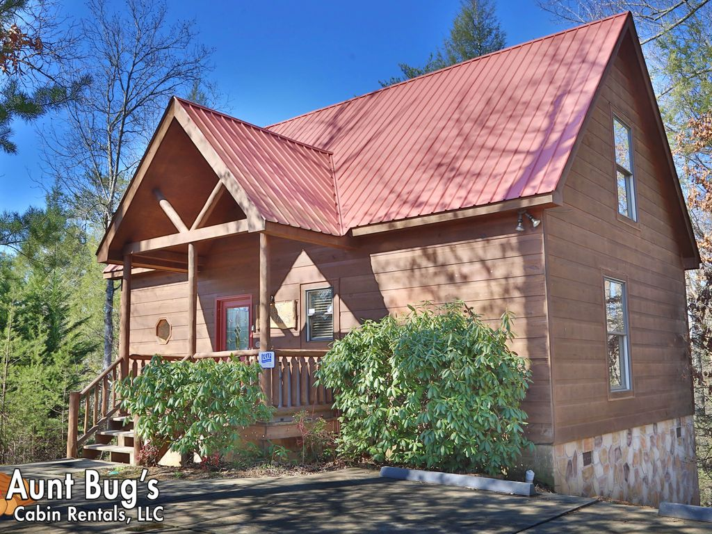 Smoky mountain cabin near dollywood and gatlinburg with for Cabin rentals near smoky mountains