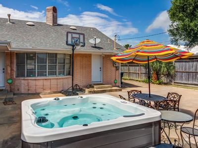 Centralized home w/ private hot tub & enclosed yard - close to beach & dogs OK!