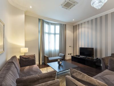 Photo for Spacious and Central Three bedroom flat, AC, 24 hour porter, daily housekeping