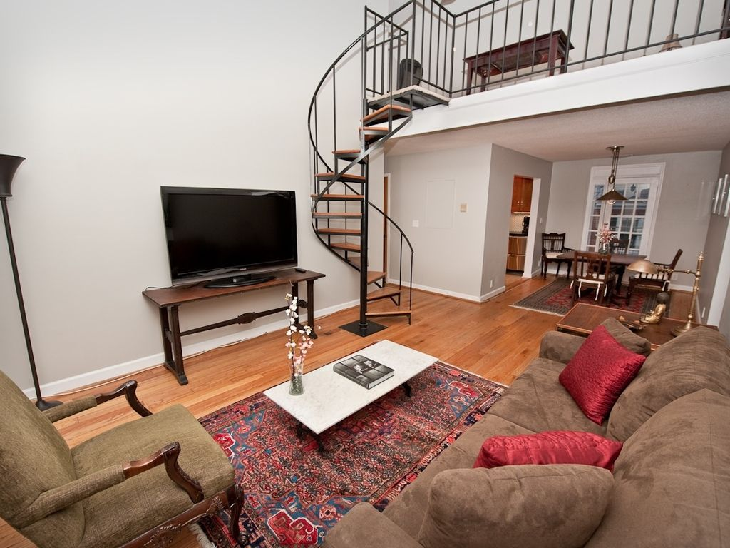 Large Wwii Era Two Bedroom Loft Unit In Shirlington Near Pentagon