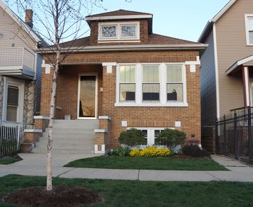 The Chicago Bungalow ~ Quiet Neighborhood ~ Close To Many Attractions!