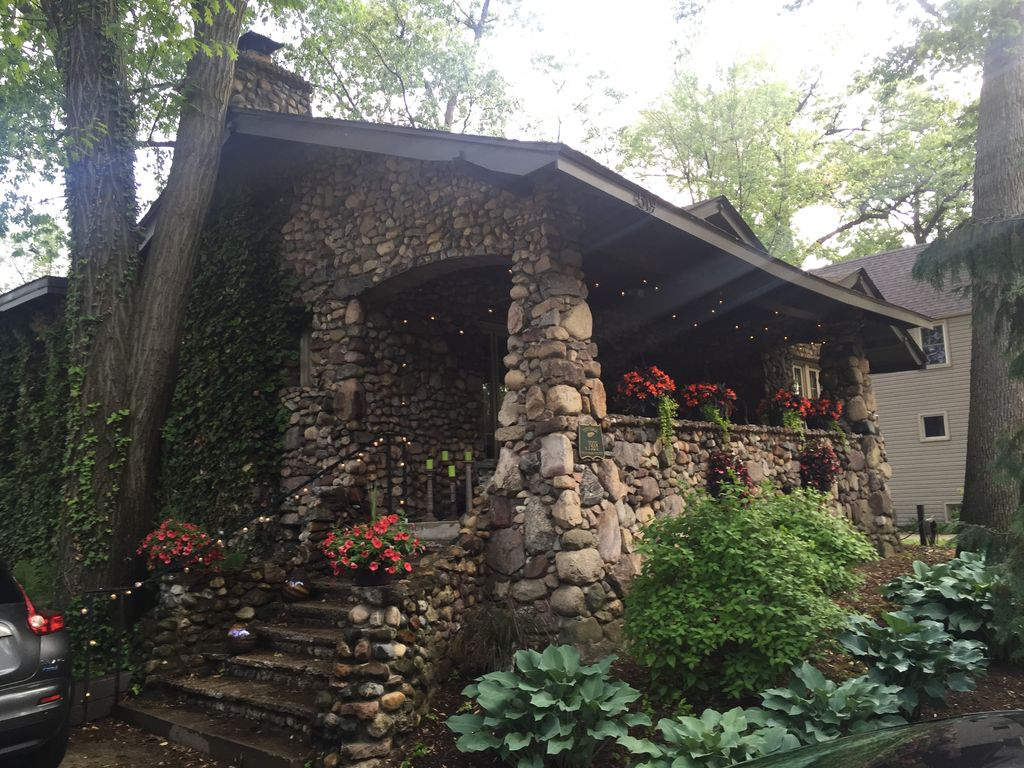 Cozy Artsy Stone House close to Detroit in Foodie Ferndale House of Rock