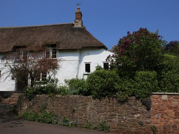 Delightful Refurbished Grade II Thatched Cottage where Dogs are Welcome