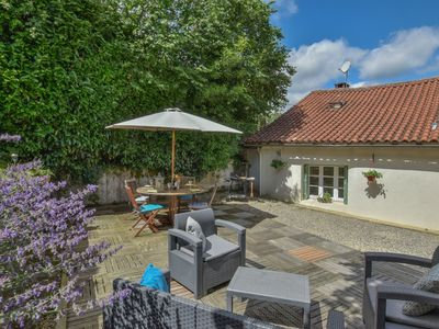 Photo for Romantic detached boutique-style cottage and garden, walking distance to town