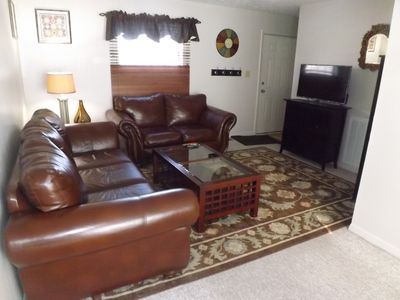 Large living room w/Flat screen TV, cable & Internet